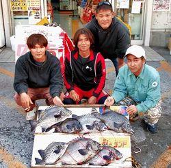 1日、那覇一文字にて54・3センチ3・2キロのガラサーミーバイなどを数釣りした名嘉原朝一さん(中)一行