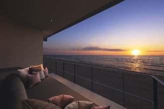夕陽を望むことができる「星のや沖縄」のテラスリビング(星野リゾート提供)