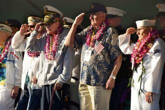 真珠湾攻撃の追悼式典で敬礼する退役軍人=7日、米ハワイ(共同)