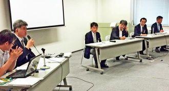 災害報道に取り組む各新聞社のパネル討論。熊本日日新聞社の小多崇社会部次長(左から2人目)が熊本地震の現状を報告した=5月19日、福島市の「コラッセふくしま」