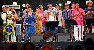 フィナーレでは出演者全員が舞台に上がり、会場と一緒に熱唱した=28日、嘉手納町の兼久海浜公園