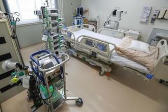 人工心肺装置「ECMO」(左下)が設置され、集中治療室の機能を備えた重症専用病棟の個室=7日、神戸市立医療センター中央市民病院