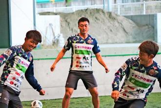 パス回しで調整する(左から)富樫佑太と瀧澤修平、増谷幸祐=長野Uスタジアム屋内練習場(球団提供)