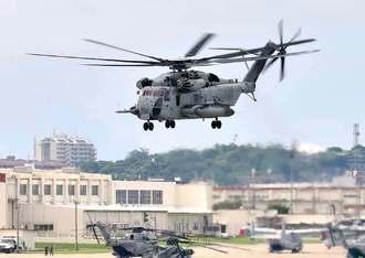 事故原因を明らかにしないまま飛行訓練を再開したCH53E大型輸送ヘリ=18日午前10時42分、宜野湾市・米軍普天間飛行場