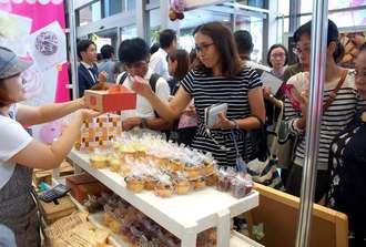 多くの来場者でにぎわうカフェ&スイーツフェア=2日、那覇市・タイムスビル