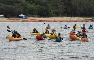 海上座り込みに参加したカヌー=25日午前10時半すぎ、名護市辺野古のキャンプ・シュワブ沖