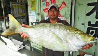 喜屋武漁港で73・7センチ、5・7キロのタマンを釣った仲村直さん=8月25日