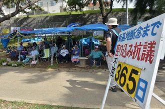 ゲート前の座り込み365日目の集会が始まり、新基地建設抗議の訴えに聞き入る参加者=6日午前9時39分、名護市辺野古