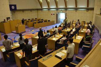 不信任決議案について採決する市議ら。9対16で否決された=25日午前10時20分ごろ、浦添市議会