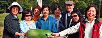 シブイ汁パーティーを開いた新垣佐代子さん(左から2人目)ら婦人の皆さん。鳥打帽が下条善徳さん=うるま園