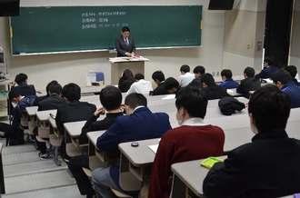 会場で試験開始を待つ受験生=1日、宜野湾市・沖縄国際大学