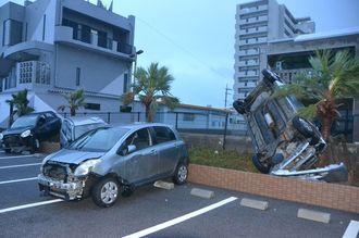 石垣市浜崎町のホテル駐車場では、強風にあおられて車両5台が横転し、植え込みに突っ込むなどの被害が出た=石垣市浜崎町