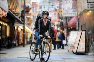 自転車で食事を配達するサービスの様子(Uber Eatsのリリースより)