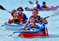 支え合ってマリンスポーツに挑戦 沖縄の青い海楽しむ