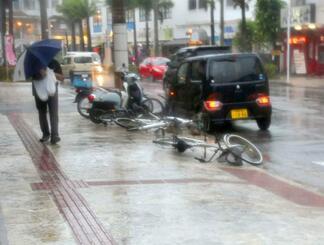 台風5号の強風で倒された歩道の自転車=18日午後4時45分ごろ、石垣市大川