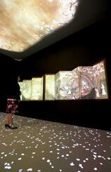 報道陣に公開された国宝「花下遊楽図屏風」の複製品。室内はプロジェクションマッピングが実施され、幻想的に彩られた=1日午前、東京・上野の東京国立博物館