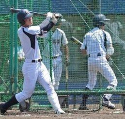 打撃練習で力強い打球を飛ばす安里健(左)=大阪市・舞洲ベースボールスタジアム