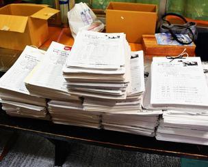 全国から集まった10万456筆の署名=31日、宜野湾市野嵩・緑ヶ丘保育園