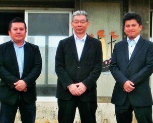 アシビエンタープライズの(左から)城間繁人取締役、當山浩社長、幸地常雄取締役=読谷村・残波岬公園