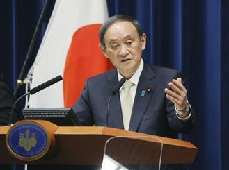 4都府県に対し緊急事態宣言発令を決定し、記者会見する菅首相=23日午後8時21分、首相官邸