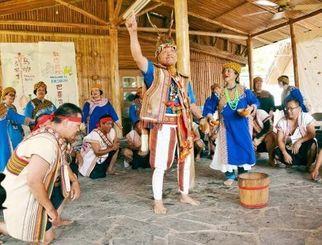 自身が狩った鹿でつくった帽子をかぶり舞と歌を披露するブヌン族の古忠福長老(中央)ら=17日、台湾台東県桃源村