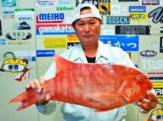 屋慶名沖で61.2センチ、3.52キロのイトヒキフエダイを釣った仲山大吉さん=4月30日