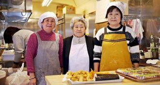 移転オープンを喜ぶ大見謝文子さん(中央)と店のスタッフ=本部町渡久地のにしき屋