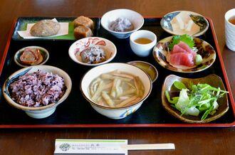 人気メニューの「田芋膳」はさまざまな田芋料理が一度に味わえる=18日、金武町・カフェレストラン長楽