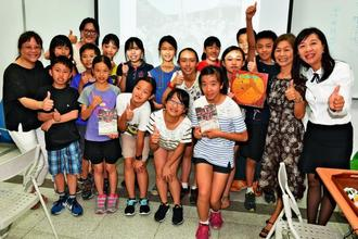 八重山について学習する中山小学校の児童ら=台湾・彰化市