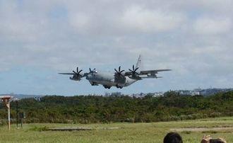 岩国基地へ向け普天間飛行場を離陸するKC130空中給油機=15日午前9時46分ごろ