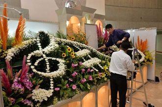 葬儀用の祭壇をエントランスに展示する出展者=16日午後、宜野湾市・沖縄コンベンションセンター会議棟