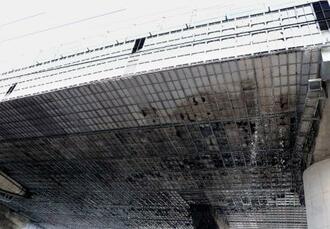 塗装工事中に火災があった東名高速道路の高架=21日午後0時53分、静岡市駿河区
