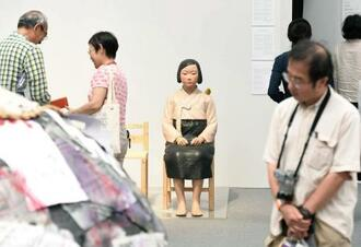 「あいちトリエンナーレ2019」の企画展「表現の不自由展・その後」。中央が「平和の少女像」=2019年10月、名古屋市