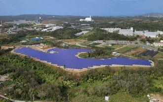 沖縄市登川に完成した大規模太陽光発電所「沖縄ソーラーファーム1」(エコルミエール撮影)