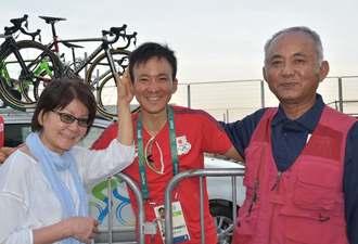 レースを終えた内間康平選手(中央)にねぎらいの言葉をかける父の仁春さん(右)と母の啓子さん=6日、リオデジャネイロ・コパカバーナ(又吉俊充撮影)