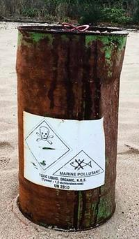 ドクロマークのドラム缶漂着 英字で「毒物」「カーボン洗浄剤」 沖縄