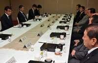 河野外相、在沖米軍トップと会談 「沖縄の負担軽減重要」協力求める