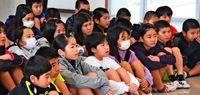 [しまくとぅば]/しまくとぅばで紙芝居/島袋・宮城さん 標準語と交互に/本部小児童「楽しかった」