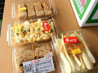 今日は(写真上から)くず餅100円、マカロニサラダ130円、じゅーしー150円、島らっきょう300円(2パック)を購入しました。