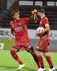 FC琉球-栃木SC 後半、同点に追いつくゴールを決め、喜ぶ琉球の上原慎也(左)=19日午後、タピック県総ひやごんスタジアム