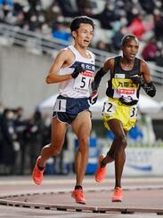男子1万メートル 27分18秒75の日本新記録をマークして優勝し、東京五輪代表に決まった相沢晃(左)=ヤンマースタジアム長居