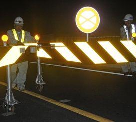 台風接近で開通後初めて通行止めとなった伊良部大橋=11日午後8時すぎ、宮古島市平良