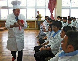 生徒を前に、ユーモアたっぷりにプロ料理家の心構えを語る陳さん(左端)=10月28日、浦添市・琉球調理師専修学校