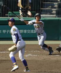 鹿児島城西―加藤学園 8回裏加藤学園2死二塁、2点ランニング本塁打を放つ杉山。投手八方=甲子園