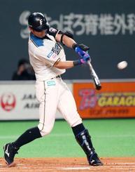 1回日本ハム無死一塁、大田が右中間に適時二塁打を放つ=札幌ドーム