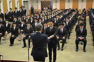 翁長雄志知事から辞令を受け取る新規採用職員=1日、県庁講堂