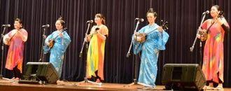 亀谷都美子ファミリーなど県内ミュージシャンらが参加したチャリティーコンサート=5日、那覇市の県立武道館
