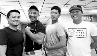 (右から)玉城元気さん、三浦春輝さんとトレーナーの2人