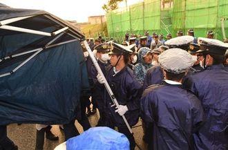 新基地建設に反対する市民らのテントを撤去する県警機動隊=17日午前6時23分、名護市のキャンプ・シュワブ旧ゲート前