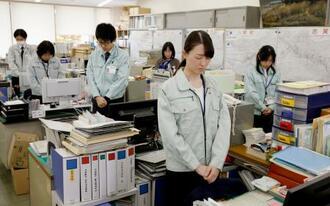 台風19号の犠牲者を悼み、正午の時報に合わせて黙とうする長野県佐久市役所の職員ら=12日